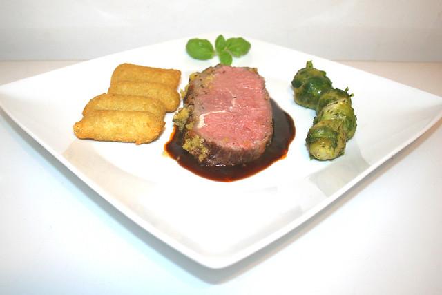 Roastbeef mit Senf-Kräuter-Kruste an Rotwein-Thymian-Sauce mit Kroketten – das Rezept