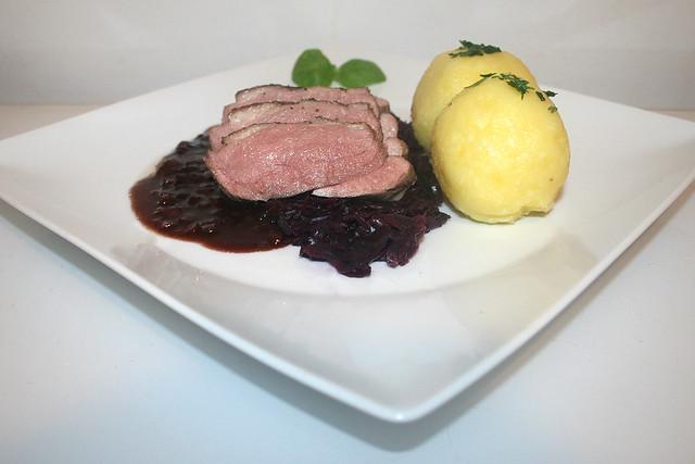 Niedrigtemperatur-Entenbrust auf Rotweinsauce mit Blaukraut & Knödeln – das Rezept