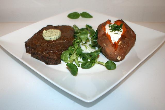 Steak aus dem Air Fryer mit gebackener Süßkartoffel – das Rezept