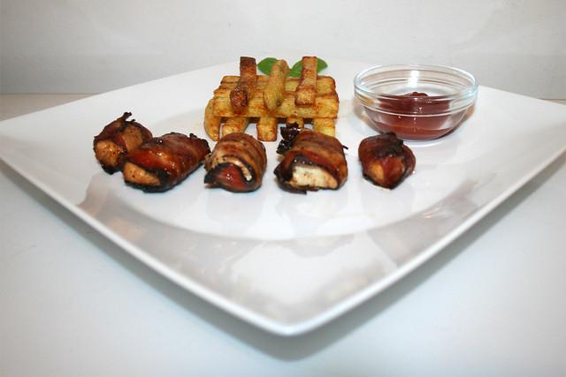 Süß-scharfe Hähnchenwürfel im Schinkenmantel mit hausgemachten Pommes Frites – das Rezept