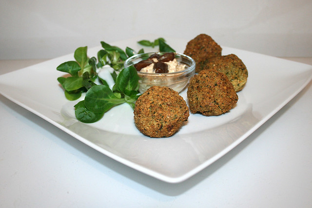 Falafel mit Dattelcreme & Feldsalat – das Rezept