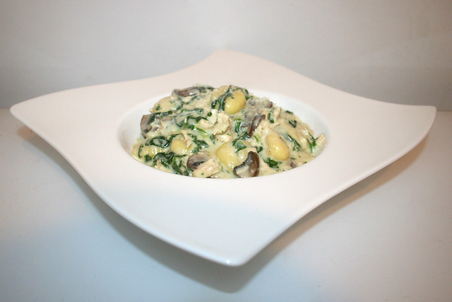 Hähnchen-Gnocchi mit Champignons & Spinat in Knoblauch-Parmesan-Sauce – das Rezept