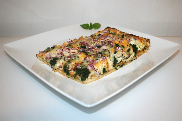 Pizza mit Hähnchen, geröstetem Knoblauch & Spinat – ReBaked