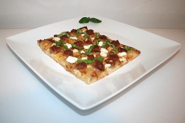 Pizza mit Ziegenkäse, Birnen & Salsiccia – das Rezept