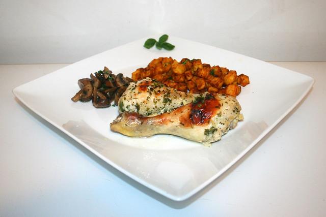 Buttermilch-Knoblauch-Hähnchenschenkel mit Pilzgemüse & Kartoffelwürfeln – das Rezept