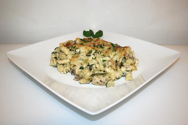 Chicken Alfredo Nudelauflauf mit Artischockenherzen, Pilzen & Spinat – das Rezept