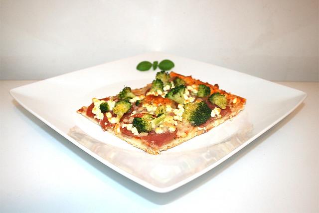 Broccoli-Schinken-Salami-Pizza mit Feta – das Kurzrezept