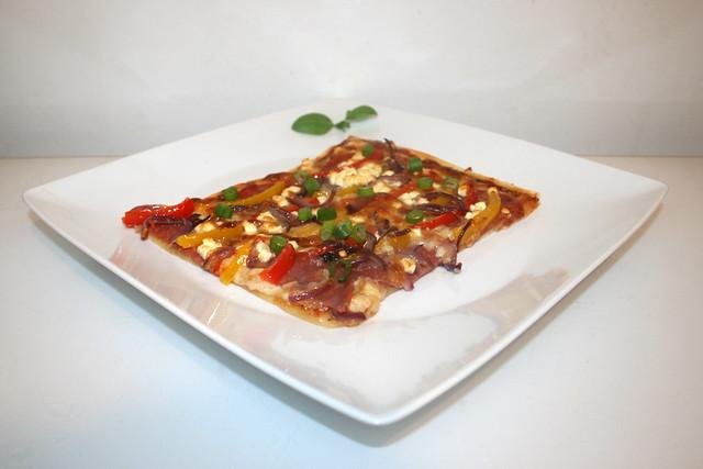 Paprika-Zwiebel-Pizza mit Salami & Feta – das Rezept