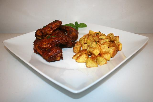 Honey BBQ Chicken Wings aus dem Ofen mit knusprigen Knoblauchkartoffeln – das Rezept