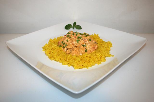 Gyrosgeschnetzeltes in Schmandsauce auf gelben Reis – das Rezept