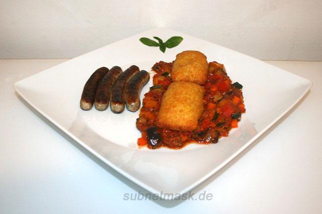 Fruchtiges Ratatouille mit Kartoffel-Frischkäse-Taschen & Bratwürstchen – das Rezept