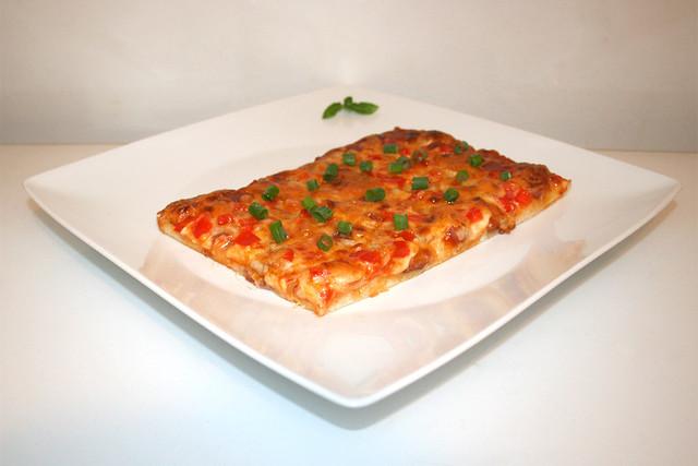 Pizza mit Salami, Zwiebeln & Paprika – das Kurzrezept