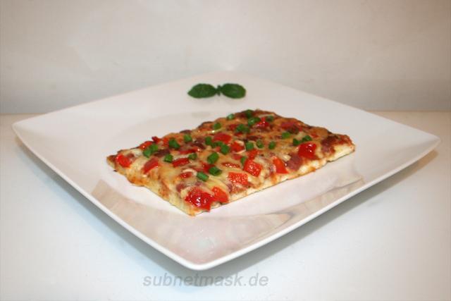 Pizza mit Salami, Speck, Zwiebel & Paprika – das Kurzrezept