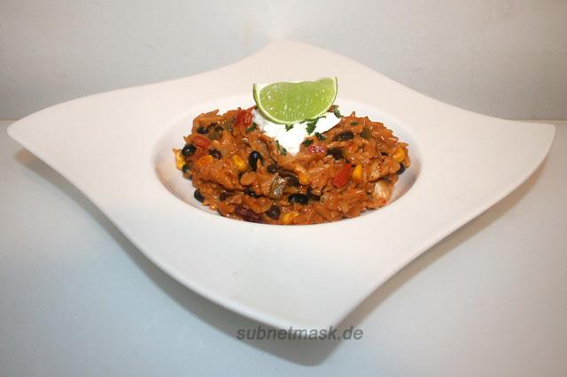 Fruchtig-pikante Enchilada-Orzo mit schwarzen Bohnen, Ziegenfrischkäse & Hähnchen – das Rezept