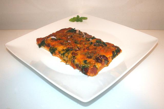 Spinat Salami Kidneybohnen Pizza – ein reloadetes Rezept