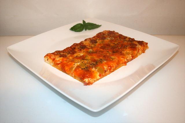Pizza mit Salami, Zwiebel & Paprika